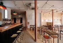Déco café et restaurant / Vous cherchez des idées de déco pour un café ou un restaurant? Vous êtes sur la bonne planche. Qu'ils soient au look industriel, graphique ou végétal, tous les cafés et restaurants sélectionnés ont en commun un design soigné qui ravira les amateurs de déco intérieure.