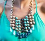 How to Wear Statement Necklaces / Easy tips, tricks and inspiration on how to wear (and buy) a perfect statement necklace for any occasion.