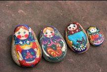 i love 'babushka' - serie / To Russia with love! De Babushka of Matryoshka, poppetjes die in elkaar nestelen, hebben al een traditie van meer dan 100 jaar maar de trend lijkt de laatste jaren echt te zijn geëxplodeerd. De trend lijkt ook een blijvertje. En daar zijn wij mama's toch niet echt rouwig om, toch? Deze russische poppen zijn het perfecte symbool van moederschap en kinderen. We houden onze familie bij elkaar, beschermen hen en geven ze een geborgen thuis... en als we klaar zijn dan openen we ons en laten ze vrij. / by de kleine zebra webboetiek