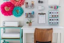 Modern Home Office / Chic Modern Office Looks for Your Home.  Office inspiration, organization ideas, and home office hacks.