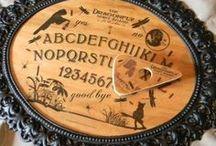 Ouija / Ik geloof niet in geesten en al helemaal niet in paranormale dingen. Maar het Ouijabord spreekt tot de verbeelding en is mooi om te zien. Het Ouijabord werd lang geleden uitgevonden en wordt al lang niet meer gemaakt. Toch is het patent in handen van een grote speelgoedmaker vandaag. Het bord zelf kan je nergens meer krijgen, maar met de afkooksels er van heeft knutselen iets mysterieus.