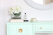 Office decor / Beautiful office décor ideas for your home office or studio. Including pretty work desks, pinboards, office chairs, organisation ideas + craft room inspiration.