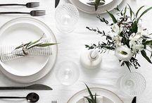 Tischdekoration / Tisch eindecken, gedeckter Tisch, Tischblumen, Blumengesteck, Sitzordnung, Tischdeko, Table Setting, Table Decor, Table Decoration,
