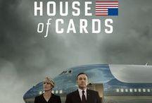 """House of Cards / House of Cards is een Amerikaanse televisieserie uit 2013 ontwikkeld door Beau Willimon voor de streamingdienst Netflix. Kevin Spacey speelt in de hoofdrol als Francis """"Frank"""" Underwood, een genadeloos en ambitieus politicus in Washington D.C. Wikipedia Omroep: Netflix"""