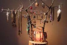 DIY - Ranger ses bijoux / Marre de voir vos bagues, boucles d'oreille et colliers en vrac ? Voici quelques idées simples et faciles à réaliser pour ranger vos bijoux !