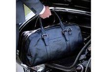 BAGS FOR MEN / Niet alleen vrouwen vinden het belangrijk om een functionele en mooie tas bij zich te dragen. Daarom heeft The Little Green Bag ook een ruim aanbod van heren tassen.