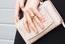WALLETS / Een mooie portemonnee mag niet ontbreken bij je handtas. Bij The Little Green Bag vind je verschillende modellen portemonnees van van ieder merk.
