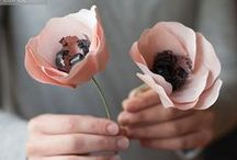 Flower tutorials / I love flower in all colors and shapes. Tutorials and diy inspiration and ideas to create and make your own flowers out of paper, clay and fabric.
