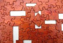 Quebra-cabeça Artesanal - JANELAS / Quebra-cabeça feito a mão, cortado sobre pintura original em verniz, com elementos vazados e em alto relevo.  Tamanho: 16 x 60 cm 164 peças