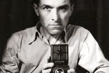 Robert Doisneau / Robert Doisneau (1912 – 1994) was a French photographer. In the 1930s he used a Leica on the streets of Paris. He was a champion of humanist photography and with Henri Cartier-Bresson a pioneer of photojournalism. He is renowned for his 1950 image Le baiser de l'hôtel de ville (Kiss by the Town Hall), a photograph of a couple kissing in the busy streets of Paris.