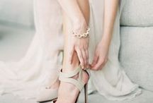 Neutral Wedding / Not one for bright colors? Go for a classy neutral instead!  Neutral wedding ideas / Minimal wedding / minimal bride / neutral bride / green wedding / greenery wedding / pantone wedding / tan wedding / Beige wedding / neutral wedding cake / neutral bouquet / minimal bouquet / minimal wedding cake / green and white wedding / minimal wedding inspiration / modern wedding inspiration / minimal cake inspiration / minimal cake ideas / minimal bouquet ideas / kraft wedding paper goods