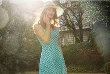 L'été 2015 par Souleiado / Il est des fois et des moments où la vie, la fête, le sens, reprennent leurs droits. Souleiado continue dans le catalogue été 2015 sa croisade aux couleurs, son ode au bonheur de vivre en Provence. Robes longues pour les chaudes soirées d'été, petites robes sexy, vintage, colorées, pour les balades à l'ombre de nos rues, au soleil des marchés. Baroque, lumineux, coloré, vintage, animal, provençal, ce catalogue est fait pour vos rêves et votre plein été !