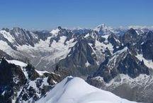 Chamonix, Franta / Chamonix se află foarte aproape de punctul de frontieră dintre Franţa, Elveţia şi Italia. Foarte aproape însemnând 15 km de Elveţia, separat prin tunelul Col des Montets şi 15 km de Italia, separat prin tunelul Mont Blanc. Pe lângă cunoscutul vârf Mont Blanc, staţiunea Chamonix este dominată şi de vârful Mont Dolent – 3820 m, graniţa naturală şi locul unde converg cele trei ţări europene care împart Alpii.