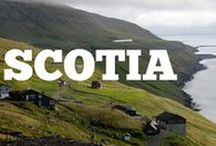 Scotia / Scoția nu este una dintre destinațiile de top la care visăm atunci când ne gândim la vacanță… dar poate că ar trebui să fie! Dincolo de fustele tradiționale bărbătești, de cimpoi și de alte simboluri pe care ni le imaginăm atunci când ne gândim la Scoția, aceasta este o țară incredibil de frumoasă. Te vei convinge și tu cu siguranță că trebuie să adaugi Scoția pe lista ta cu destinații de vacanță din galeria noastră foto.