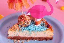 Fenicotteri e Spiagge di Biscotti / Scopri il tema dedicato a fenicotteri e spiagge di biscotti! Realizza il cheesecake di ricotta e decorare con i cake topper a forma di fenicottero. Scarica gratis la carta da regalo con tanti simpatici fenicotteri!