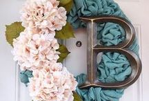 Gorgeous Burlap Wreaths / Who doesn't love the rich feel of burlap? Burlap wreaths brighten any home and bring a rustic flair at the same time! http://bit.ly/burlapwreathdiy