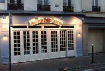 Rue de la Vieuville / Désormais réouvert depuis 2013, le célèbre restaurant Aux Trois Petits Cochons se situe près de la Butte Montmartre au 28 rue la Vieuville 750018. Même concept, même chef de cuisine. A bientôt.        www.auxtroispetitscochons.fr