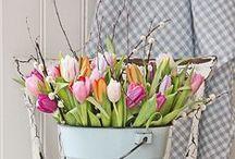 Wielkanoc - inspiracje / Pomysły na aranżacje świątecznego stołu i wnętrza.  Informacje jak farbować jajka na dowolne kolory. Ciekawe kwiatowe dekoracje.