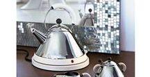 Alessi / Alessi maakt al sinds 1921 de mooiste design accessoires. Schalen, fruitschalen, voorraadpotten: bij dit Italiaanse merk vind je woonaccessoires in alle soorten en maten. Huishoudartikelen mogen best een lust voor het oog zijn, aldus Giovanni Alessi, oprichter van zijn gelijknamige merk.