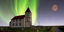 Aurora Boreal / Aurora boreal são fenômenos que ocorrem nas regiões polares do norte do planeta Terra, além de outros, como Júpiter, Saturno e Marte. A aurora boreal pode ser vista durante a noite ou no final da tarde, e são vistos, a olho nu, luzes coloridas e brilhantes, geralmente avermelhadas e esverdeadas.