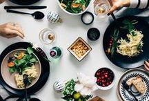 In der Küche, auf dem Tisch / In der Küche  finden mit die tollsten Gepräche statt. Aber auch am Esstisch lassen sich viele gemütliche Stunden verbringen. Es duftet nach verschiedenen Zutaten, alles hat seinen Platz - man ist dort zu Hause.