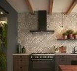 Klassieke keukens / Een klassieke woonstijl is statig en elegant, waarin het interieur bol staat van luxe en antiek. Kenmerkend zijn symmetrische lijnen, ornamenten, (donker) hout, rijkgevulde boekenkasten en kroonluchters. Het interieur doet vaak denken aan een vorstelijk bestaan. Dit effect kunt u bij Keller ook in uw keuken realiseren.