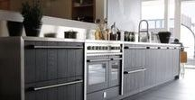 Zwarte keukens / Zwarte keukens zijn in! Steeds meer mensen kiezen voor een zwarte keuken. Het lijkt misschien een gewaagde keuze maar donkere kleuren geven uw keuken een exclusieve uitstraling. Zwarte keukens passen overigens in ieder interieur. Een strakke zwarte keuken bij uw moderne woonstijl of een zwarte keuken met hout als u van een landelijk interieur houdt. Keller Keukens geeft u inspiratie voor uw zwarte keuken.