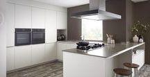 Scandinavische keukens / Wilt u een Scandinavisch keukenontwerp? Scandinavisch design is een populaire stroming binnen het moderne interieur. De Scandinavische stijl kenmerkt zich door strakke, moderne lijnen en een simplistische look. Een Scandinavische keuken is dan ook vaak wit en wordt gecombineerd met koele pasteltinten, hout en groene planten.