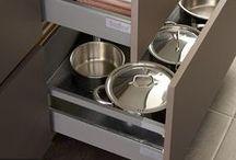 Opbergen keuken / Het efficiënt opbergen van uw kookgerei en keukenaccessoires kan een echte uitdaging zijn. Keller keukens zijn niet alleen mooi van buiten, maar ook mooi van binnen. Dit betekent dat met mooie lade- en korfindelingen, handige afvalsystemen en slimme opbergsystemen alles overzichtelijk en netjes opgeborgen kan worden. Welk opbergsysteem past het best in uw persoonlijke keuken?