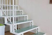 Лестница с бирюзовыми стеклянными ступенями / В данном случае белый цвет конструкции и ограждений выигрывает по сравнению с классическими для ковки черно-серыми цветами. Его дополняют бирюзовые стеклянные ступени.  Производство металлических конструкций, лестница #Metalmade.