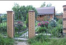 Забор с воротами и калиткой на дачу / Достаточно простой и недорогой в изготовлении забор с более насыщенными воротами и калиткой. Все, как и полагается, для входной группы.