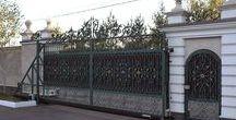 Металлические изделия / Кованые откатные ворота на гранд-балке. Имитация распашных ворот делением по середине. Кованая калитка с электромеханическим замком. Кованые навершия на забор. Мощный привод Саме 2200 для открывания больших и тяжелых ворот.