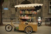 """Biblioteche e librerie mobili / Le biblioteche e le librerie mobili non sono invenzione recente, è una """"moda"""" di quelle che non passano e che non si curano dei confini geografici – anche se a seconda della latititudine e dell'estro i libri li si offrono in prestito a spalla, su tir, in barca, a dorso d'asino o di cammello... Continua su http://tropicodellibro.it/notizie/andare-in-bici/"""