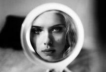 Dans le reflet de mon Miroir... / toutes les femmes se regardent dans un miroir... et plus particulièrement les stars, qui se doivent d'être toujours au top! Reflets de stars ou d'inconnues dans leurs miroirs...