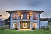 """Königs-Wusterhausen - CityLife / Ganz unkonventionelle Wege schlägt dieser Hausentwurf von WeberHaus ein. Formen und Grundriss heben sich deutlich von den normalen Rechtecklösungen des """"normalen"""" Hausbaus ab. Dadurch gewinnt man schöne Details in der Architektur, wie z.B. Erker und Nischen, die viel Raum zum Entspannen und Erholen bieten.   Auch das äußerliche Erscheinungsbild ist eher ungewöhnlich, kombiniert wurden Klinker und Holz. Herausragend im wahrsten Sinne: das an beiden Seiten abgeschleppte Dach und die Spitzerker."""