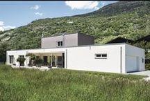 """Individueller Wohnkomfort / Am Rande eines idyllisch gelegenen Schweizer Örtchens realisierte eine Baufamilie diesen exklusiven Bungalow mit u-förmigem Grundriss und großer Terrasse. Die geschickte Raumeinteilung, die sich durch den schmalen Grundriss ergeben hat, erleichtert den gesamten Tagesablauf der Familie: """"Keller, Garage und Hauswirtschaftsraum sind ideal miteinander verbunden. So kann man Einkäufe schnell in den Keller bringen oder die Wäsche machen, bevor es in den Wohnbereich geht"""", so der Bauherr."""