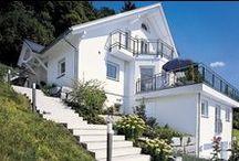 """Ganz schön schräg in der Schweiz / Grundstücke in extremer Hanglage sind in der Schweiz nichts Ungewöhnliches. Außergewöhnlich hingegen ist das Haus, das WeberHaus in der Nähe von Zürich auf einem solchen Hang gebaut hat. Viele Architekten waren sich einig: """"Auf diesem Grundstück kann man nichts bauen."""""""