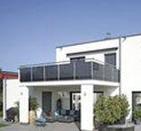 Stadthaus mit Flachdach / Klare Linien und Formen bestimmen dieses frei geplante Architektenhaus mit Flachdach. Während zur Straßenseite kleine Fenster eingefügt wurden, öffnet sich das Stadthaus zum Garten mit großen Fensterfronten. Die Wohnfläche von etwa 220 Quadratmetern verteilt sich auf zwei Vollgeschosse.