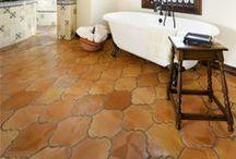 Bathrooms & terracotta floor tiles / Bathrooms with terracotta floor tiles / Baños con suelos de barro