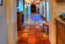 Hallways & terracotta floor tiles / Hallways with terracotta floor tiles / Pasillos con suelos de barro.