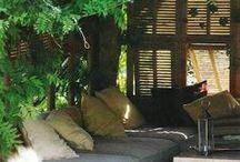 Outdoor-Wohnzimmer / Im Sommer werden Garten, Balkon und Terrasse zum Wohnzimmer. Freunde und Familie sammeln sich in geselliger Runde und genießen die ersten Sommerstrahlen! Auf stylischen Loungemöbeln, klassischen Holzbänken und Sitzsäcken macht das gleich doppelt Spaß.