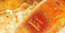 """Charme de la Mer / Un best seller inca de la prima editie, acest vin demisec realizat din Traminer printr-o maceratie peliculara de lunga durata, este unul dintre cele mai populare """"roze-uri"""" din Romania. Un produs concept ce are rolul de a aduce consumatorii tineri alaturi de vin."""