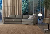 Vendita divani moderni / Collezione di divani moderni in tessuto e in pelle, poltrone design e complementi, risultato di un lavoro artigianale dove i dettagli e le finiture fanno la differenza. Divano moderno - divano letto moderno - divano angolare moderno