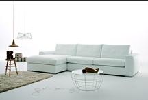 divano moderno Charles / Divano moderno e di design disponibile in varie soluzioni ideali per arredare con stile il living moderno. Il divano è disponibile con rivestimento in pelle o tessuto sfoderabile. 100% made in Italy.