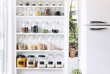 Kitchen Organization and Cleaning Tips / Find simple DIY kitchen organization ideas and the best kitchen cleaning tips to get your kitchen organized from top to bottom!
