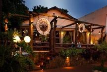 """La Rueda 1975 / Con 36 años en Iguazú, """"La Rueda"""" Restaurant está construído con materiales de la zona (tacuaras y maderas mesopotámicas) en su interior posee un mural en bajo relieve basado en la mitología guaraní (artista Hans Hachen)."""