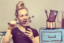 news skriba * helene meldahl / Helene Meldahl, una ragazza norvegese che vive negli Stati Uniti d'America, è riuscita a trasformare un banale selfie in qualcosa di davvero creativo e originale. Disegnando sullo specchio del suo bagno con degli Uniposca e utilizzando il suo smartphone, Helene a dato vita a dei selfie originali in cui la fotografia si fonde con i suoi disegni.  Com'è iniziato il tutto? Il tutto è incominciato quando la sua coinquilina ha iniziato a lasciargli messaggi con il rossetto sullo specchio!