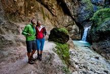 Klammen und Schluchten / Reißende Bäche, tosende Wasserstürze - eine Wanderung durch die Schluchten und Klammen der Berchtesgadener Alpen ist ein berauschendes Abenteuer! Vor allem, wenn Sie auf schmalen Stegen schwindelerregende Abgründe überqueren! Unsere Vorschläge für Schluchten-Wanderer: Almbachklamm, Wimbachklamm, Aschauerklamm, Weißbachschlucht uvm.