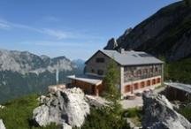 Berghütten /  Seit Mitte des 19. Jahrhunderts enstanden mit der fortschreitenden Erschließung der Alpen als hochalpine Ausflugsziele die ersten Schutz- und Unterstandshütten der alpinen Vereine. Heute sind solche Schutzhütten in allen Gebirgsstöcken der Berchtesgadener Alpen vorhanden und bieten Bergsteigern Unterkunft und Verpflegung.