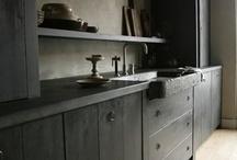 b*: dans la cuisine